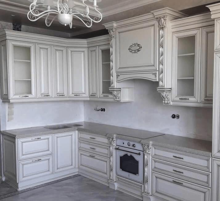 кухни в классическом стиле с белой столешницей