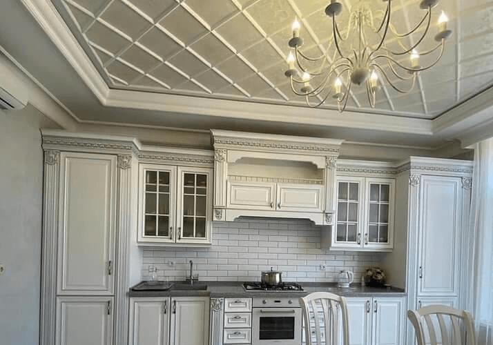 потолок кухни в классическом стиле