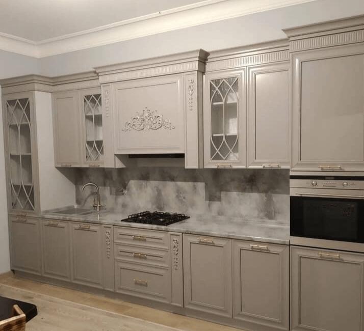 серая кухня в классическом дизайне