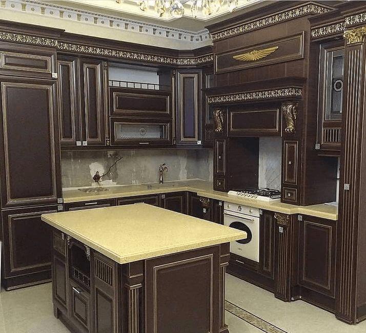темная с островом кухня классический дизайн