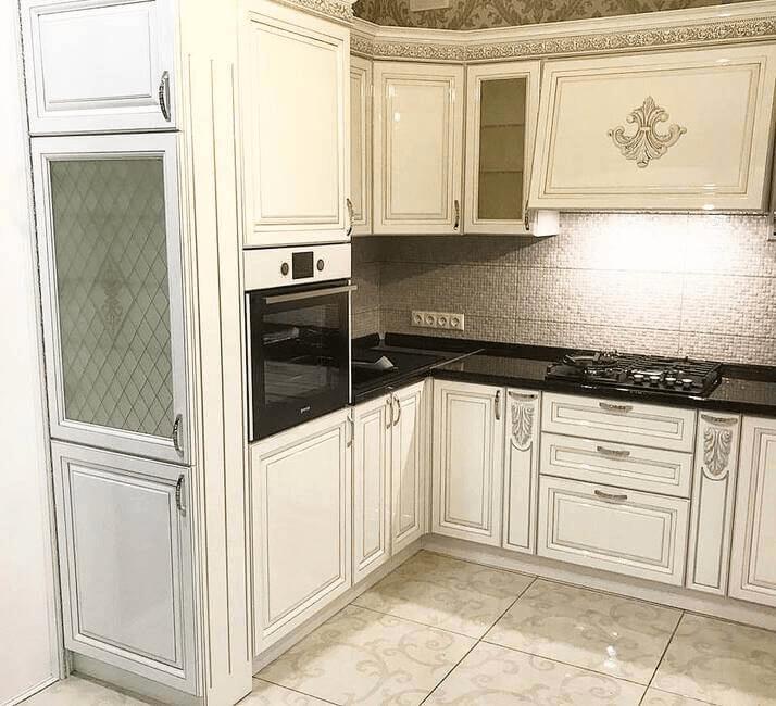 черная столешница на белой классической кухне