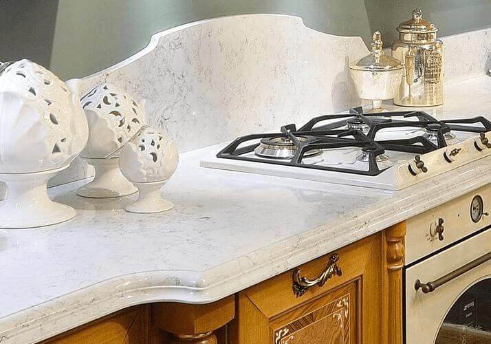 каменная столешница классической кухни