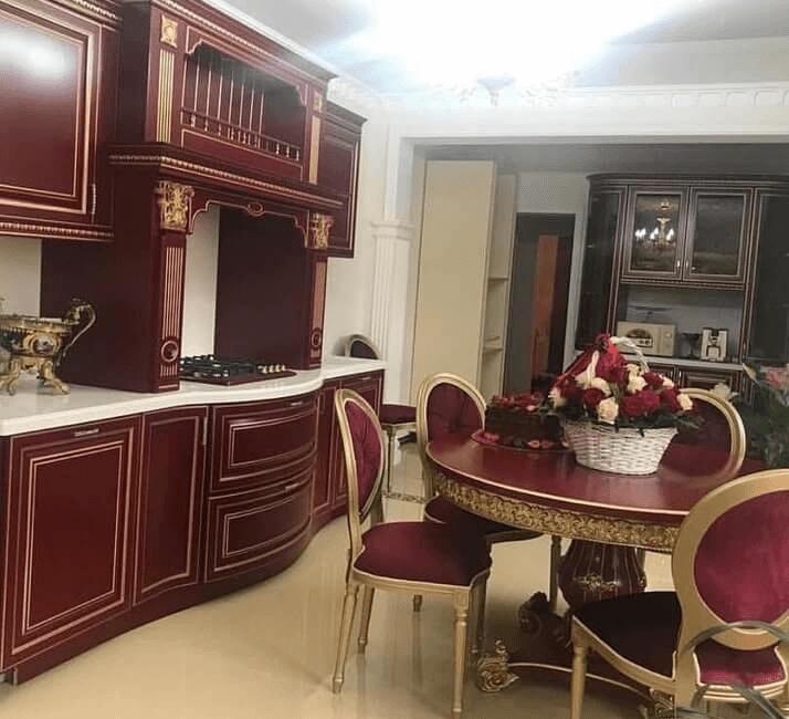 бордовая кухни в классическом стиле