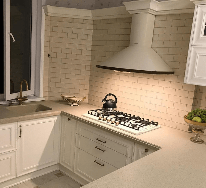 белая кухни неоклассика фото с вытяжкой