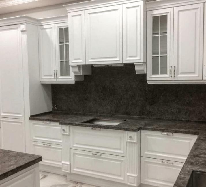 темные столешницы для кухни в стиле неоклассика