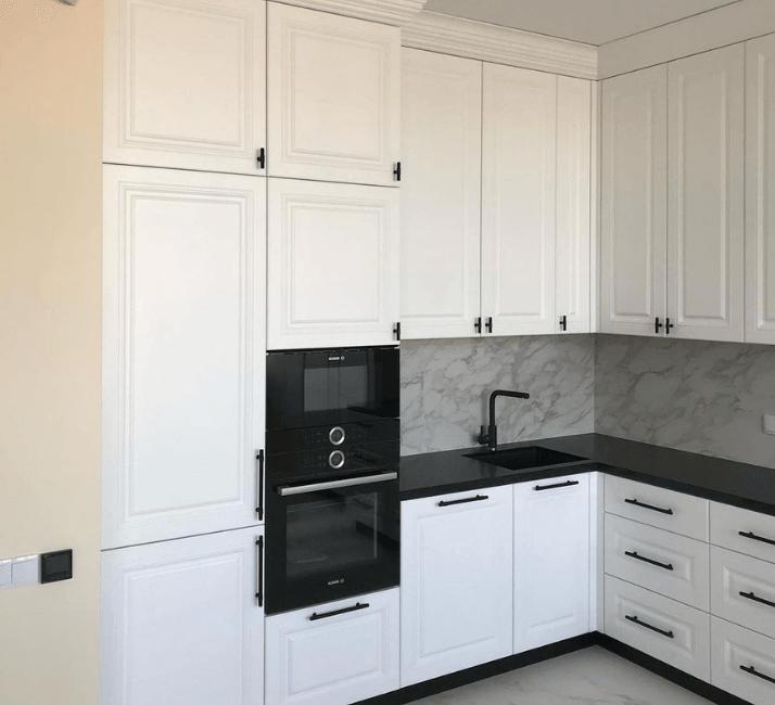белая кухня с черной столешнцей