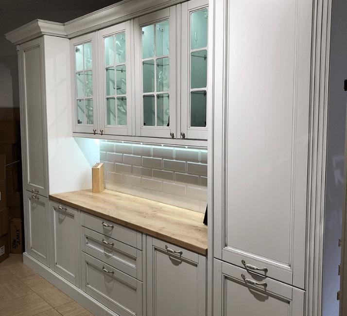 белые кухни неоклассика с деревянной столешницей