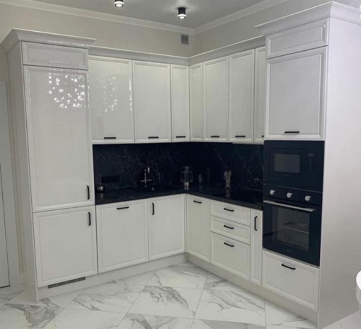 белые глянцевые кухни в стиле неоклассика