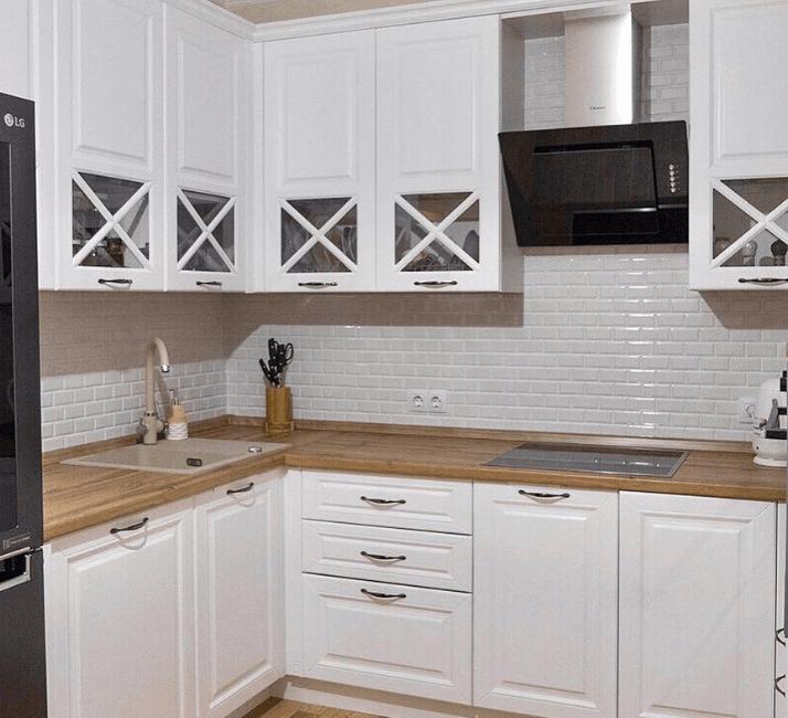 красивые кухни белая с деревянной столешницей