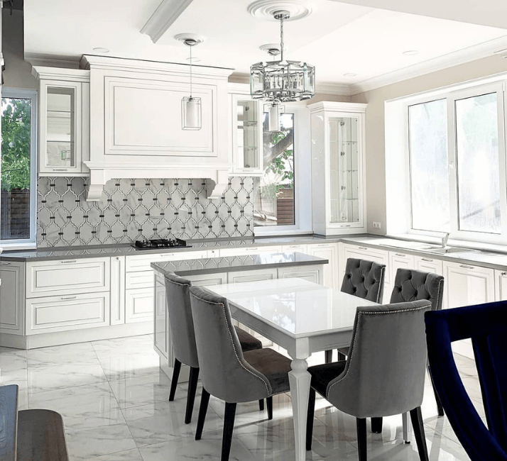 гостиная кухни со столом и стульями классика