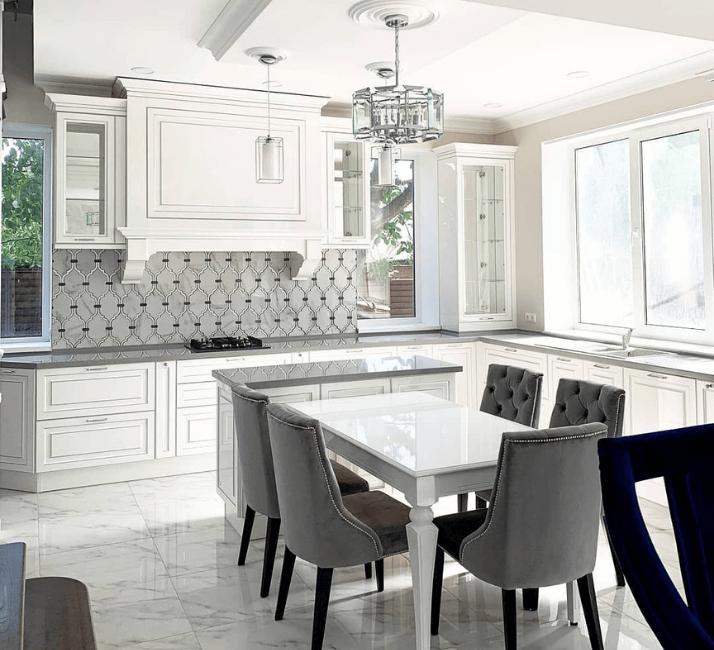 кухни в стиле неоклассика потолок с багетами
