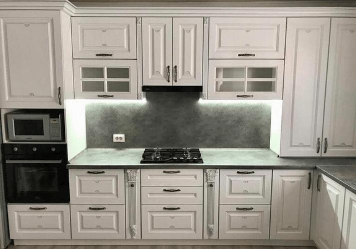 белая кухня с каменной столешницей