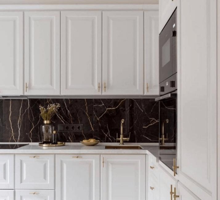 камень фартук кухни в стиле неоклассика