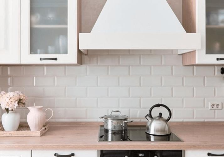 белая плитка кухни в стиле прованс