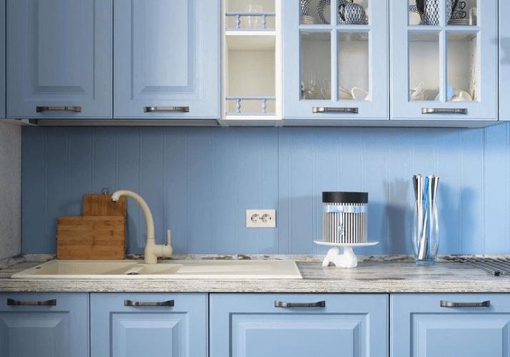 голубой фартук кухни в стиле прованс