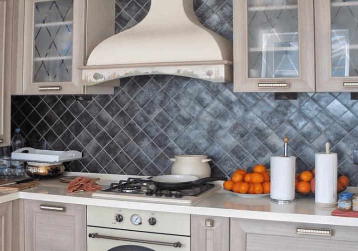 кухни в стиле прованс фартук из темной плитки
