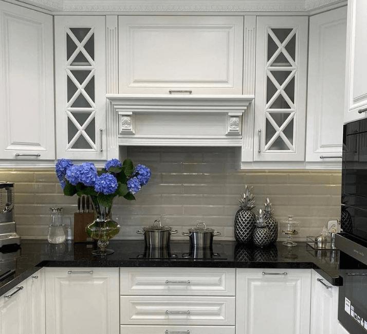 портал белые кухни в стиле неоклассика