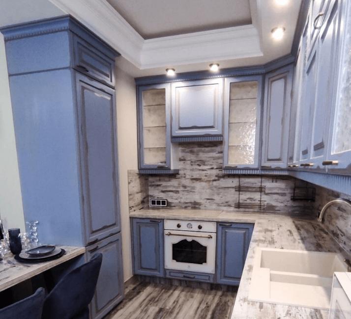 голубая застренная кухня прованс