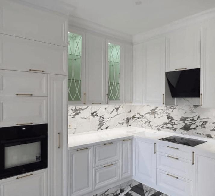 белые стильные кухни в стиле неоклассика
