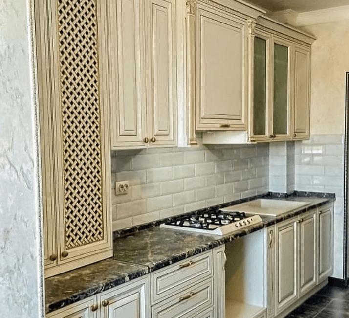 кухня с каменной столешницей белая фото