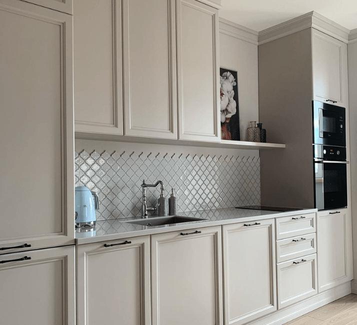 белый фартук кухни в стиле неоклассика