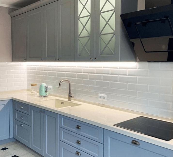 кухня голубая с белой столешницей