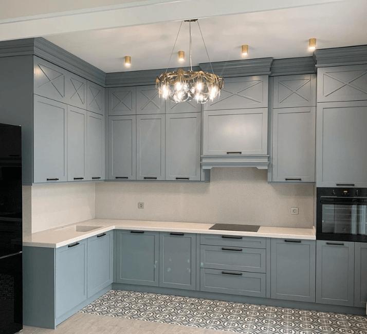 голубая кухня с люстрой фото
