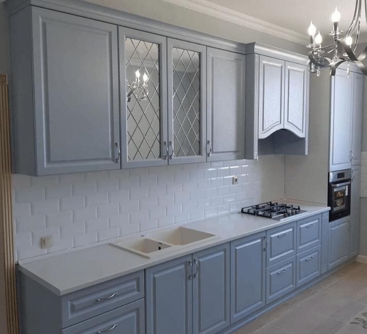 голубые и серые кухня с белой столешницей неоклассика