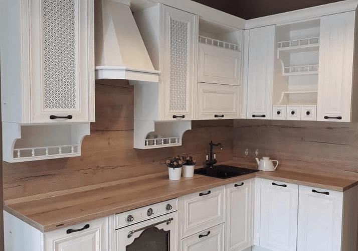 белая кухня прованс с деревянной столешницей прованс