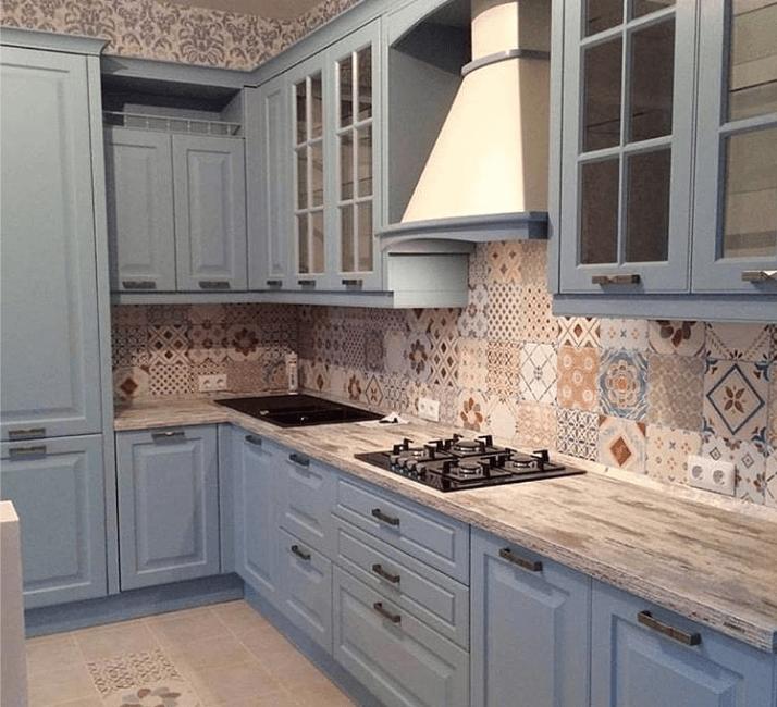 плитка пэчворк в фартуке кухни в стиле прованс