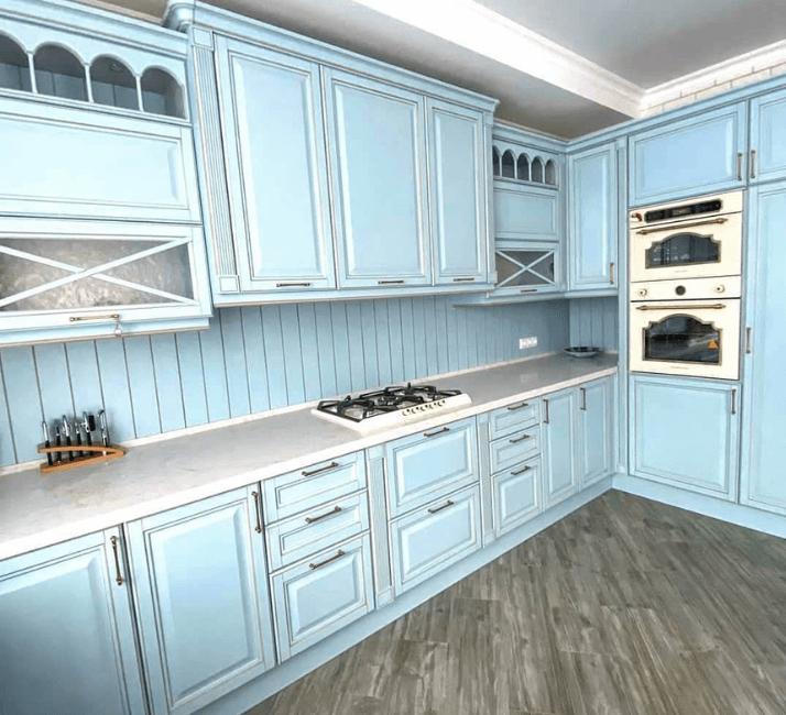 голубые с патиной кухни в стиле прованс
