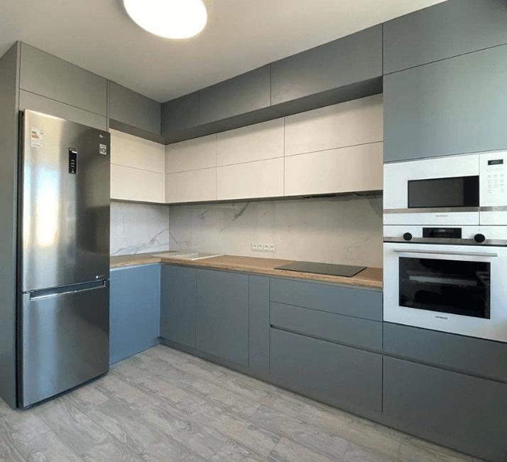 на кухне с холодильником