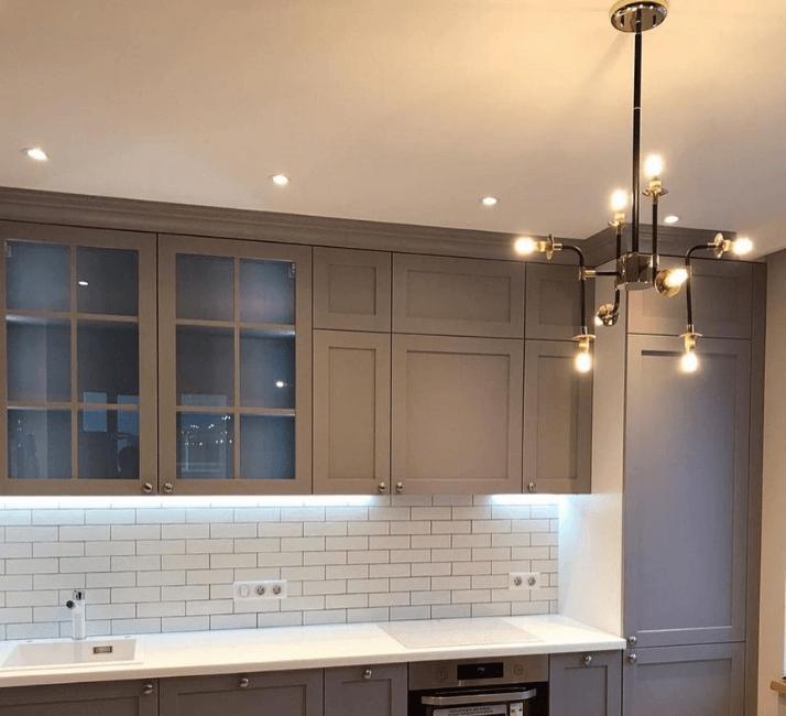 кухни в стиле неоклассика стильные люстры
