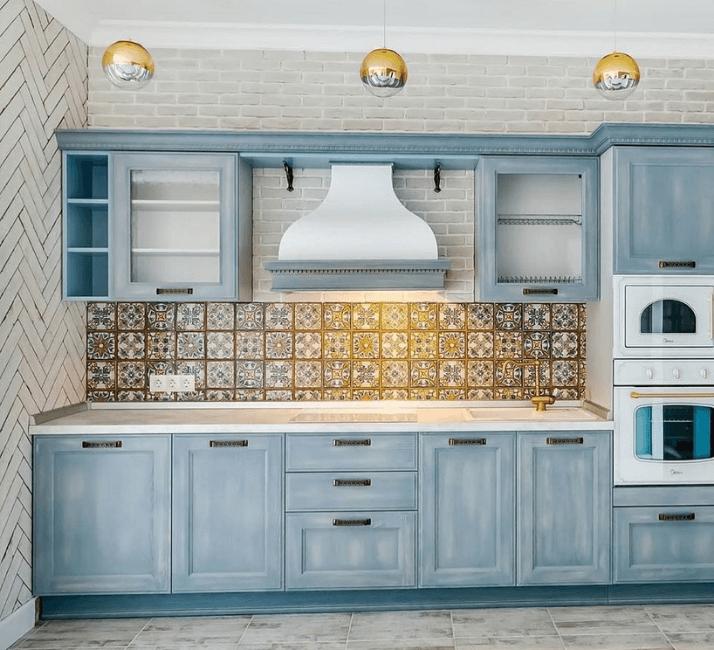 узорчатая плитка фартука кухни в стиле прованс