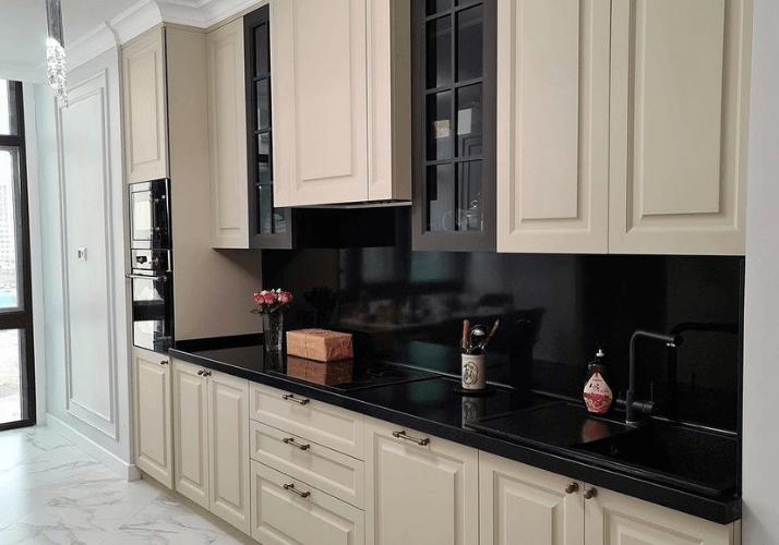 темные столешницы кухни в стиле неоклассика