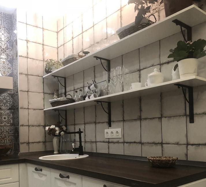 плитка на фартуке кухни в стиле прованс