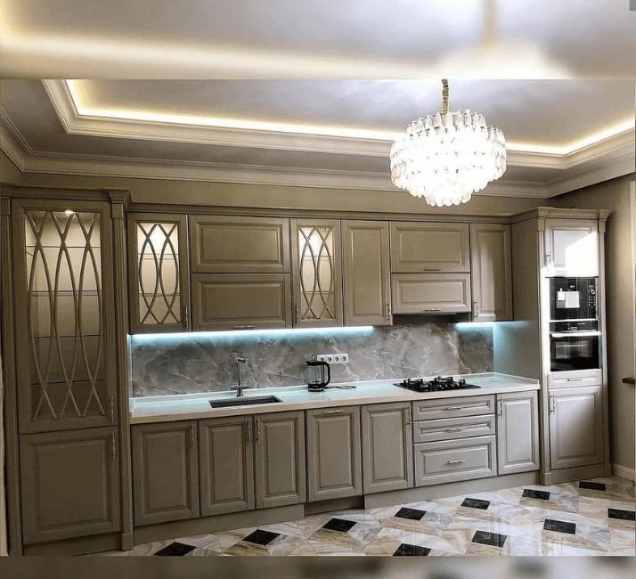 кухни в стиле неоклассика с лампой