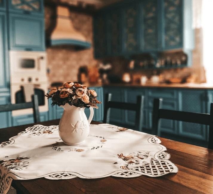 красивая скатерть на столе прованс