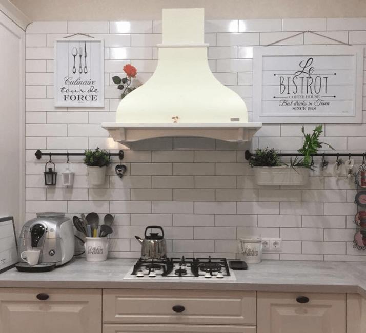 кухни в стиле прованс с белой плиткой