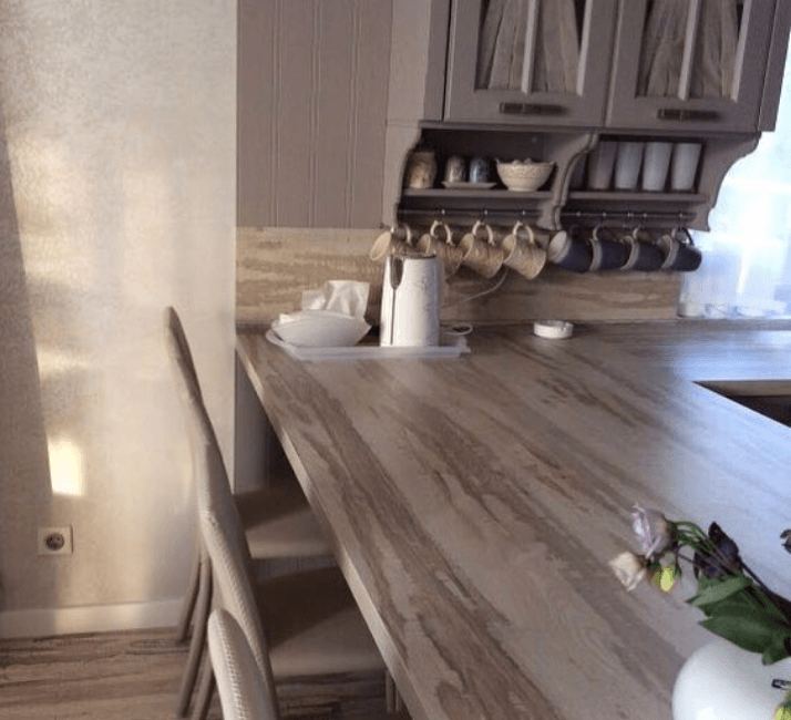 большая столешница из дерева кухни в стиле прованс