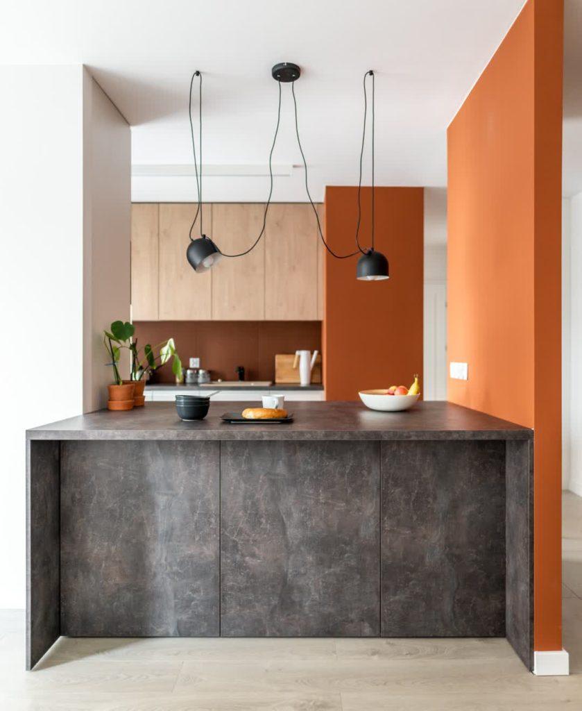 кухня с каменной барной стойкой