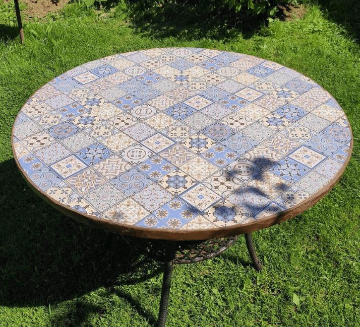 круглый стол из кафеля