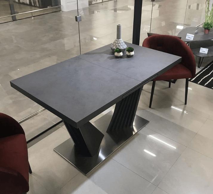 темный современный стол из керамогранита