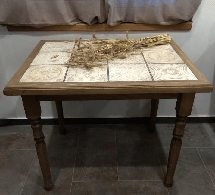 квадратный стол с плиткой