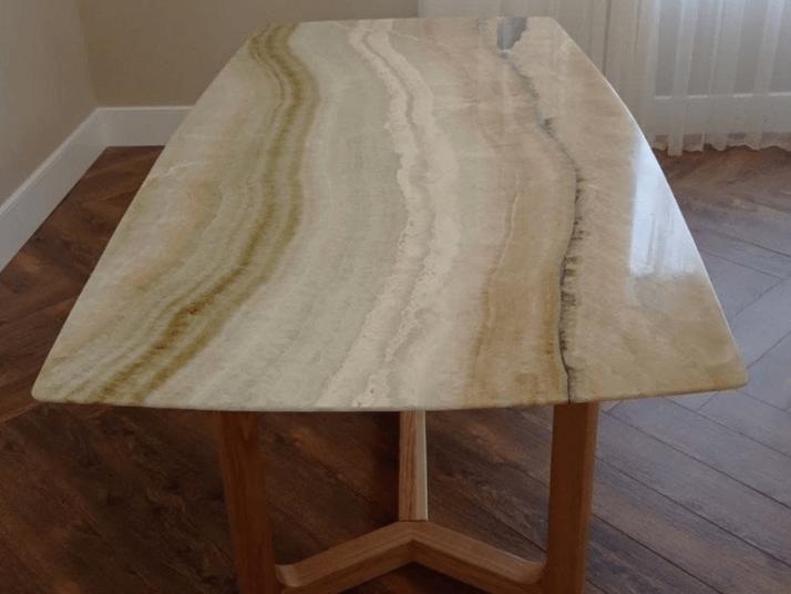 стол со столешницей из оникса