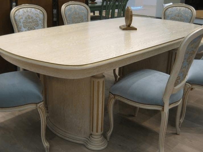 классический стол светлого цвета