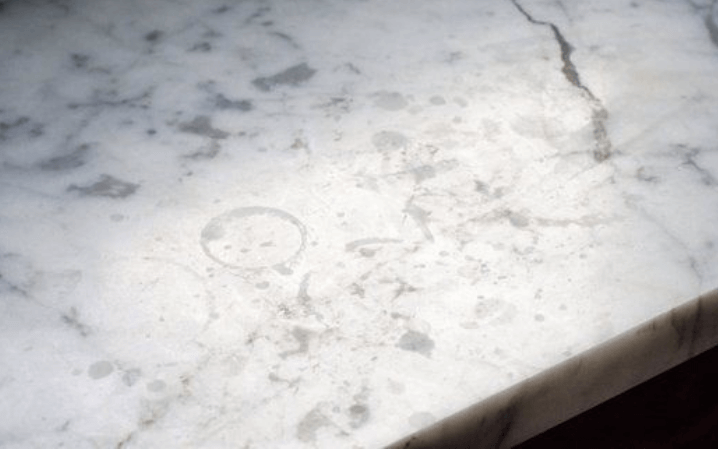 пятна на столешнице из мрамора каррара
