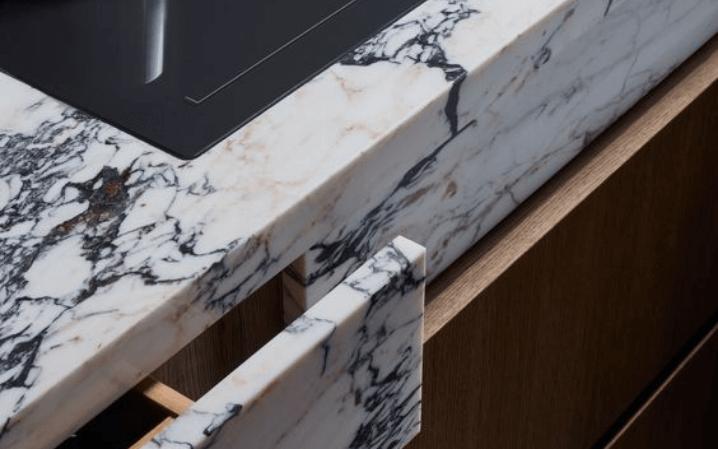 Мраморные кухонные столешницы белый с черными прожиками