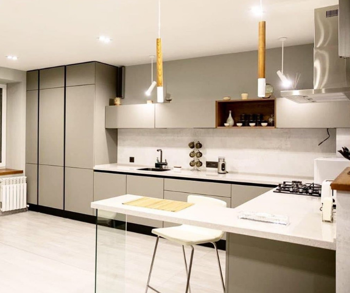 красивая белая кухня со светильниками