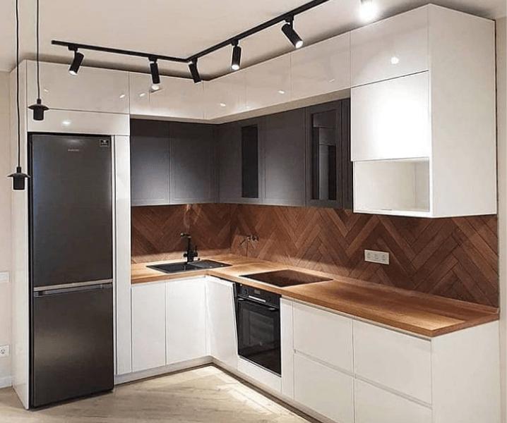Современная белая кухня с деревянной столешницей с подсветкой